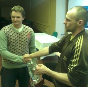 Sabre odbiera trofeum od organizatora